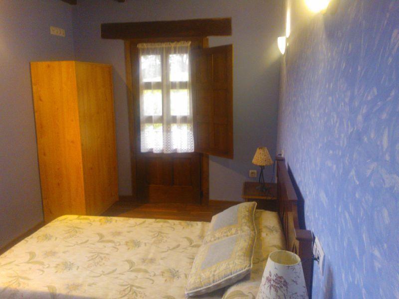 dormitorio con terraza y baño.