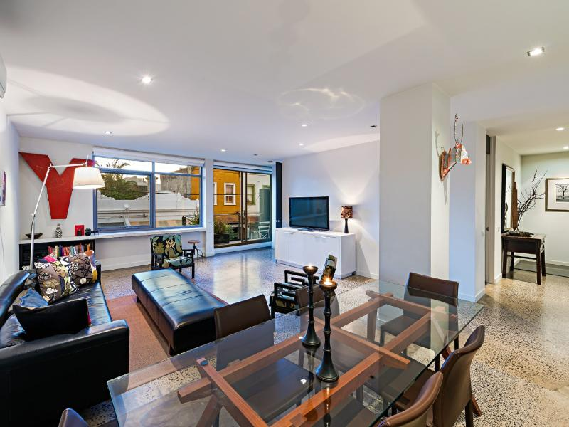 Soho52  Location+ Glamorous apartment on city edge, vacation rental in Melbourne