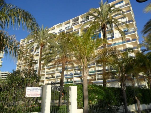 Skol 532 beachfront central top floor corner with pool, views and WIFI, alquiler de vacaciones en Marbella