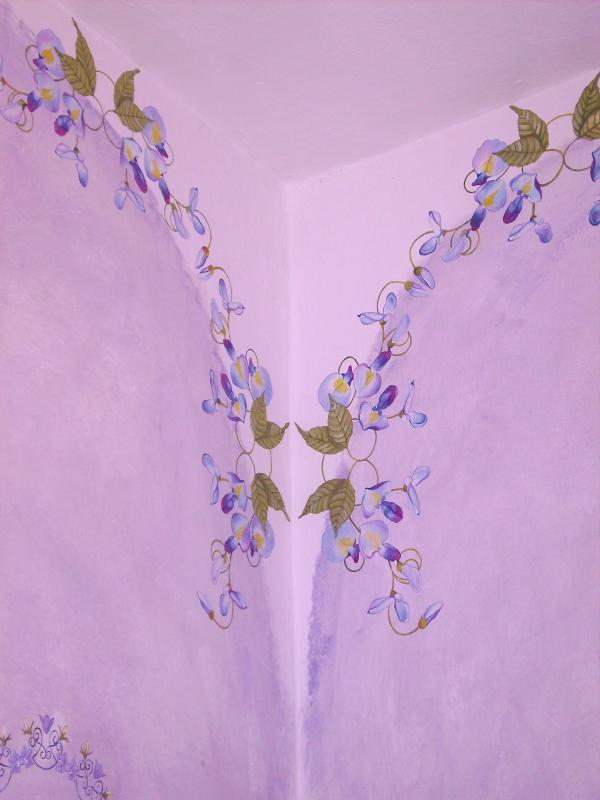 Radiant orchid floral decoration in queen bedroom by Elena Milani italian designer.