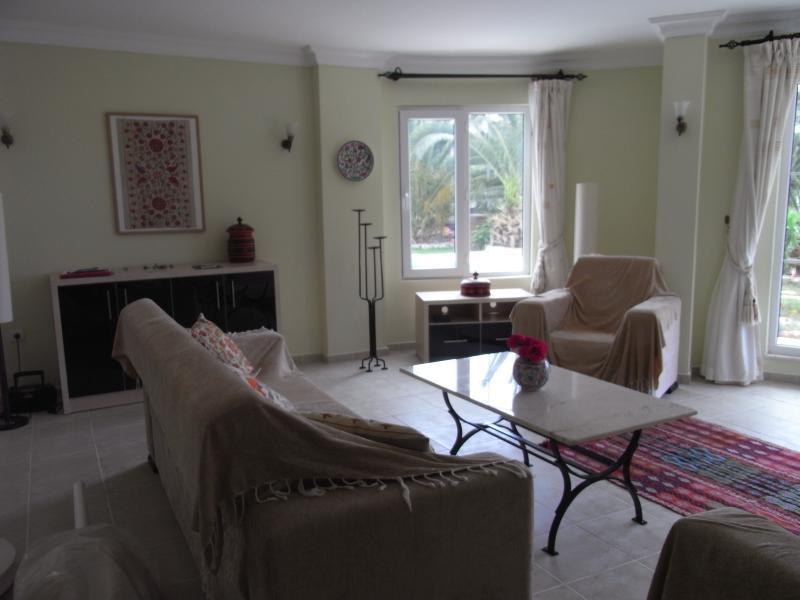 Gigi's light & spacious lounge