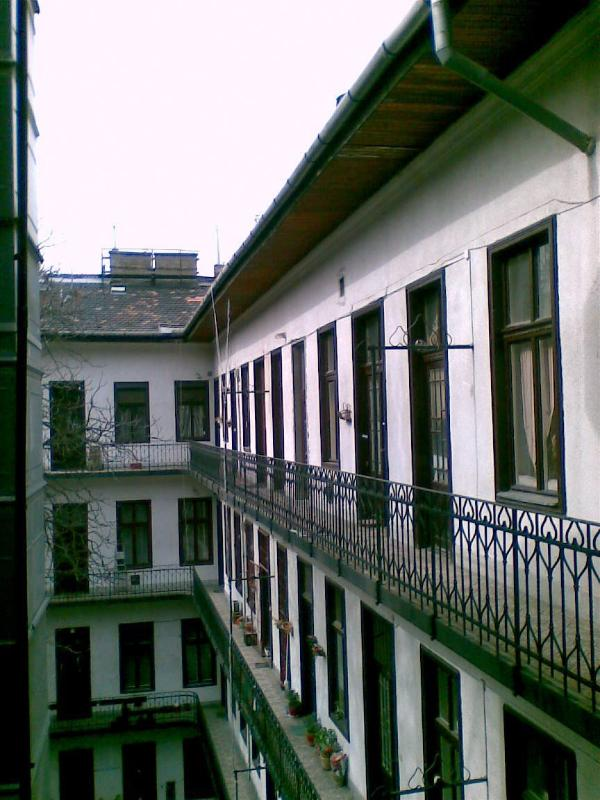 balcony of the third floor (the apartment Alkotas in the middle)