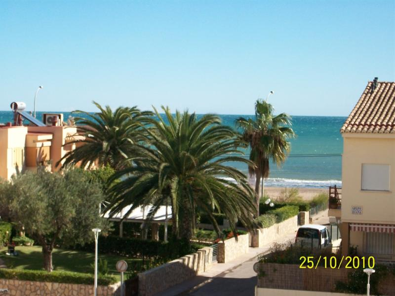 Beach-Front 2 bedroom Condo with pools, 15 min to Valencia city, Sleeps 7max – semesterbostad i Valencia