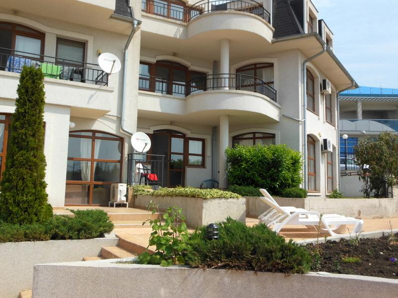 The apartment is on the ground floor, only a few steps down to the pool.