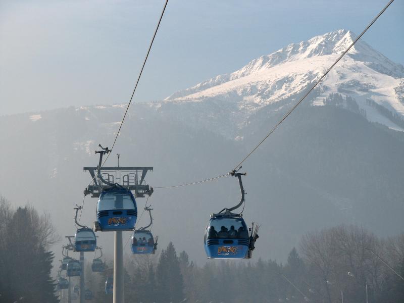 The Doppelmayer gondola with Todorka Peak behind