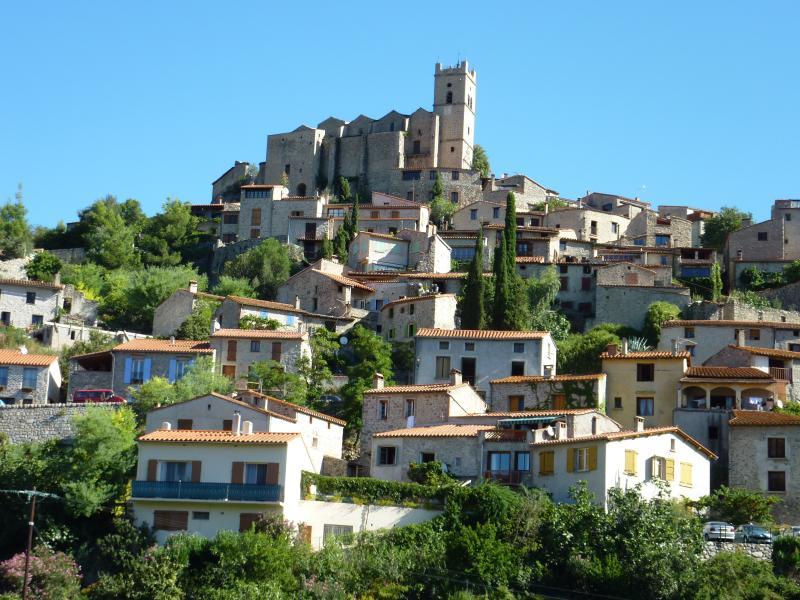 Eus subindo o vale com século XVIII Igreja de Saint Vincent empoleirado no topo