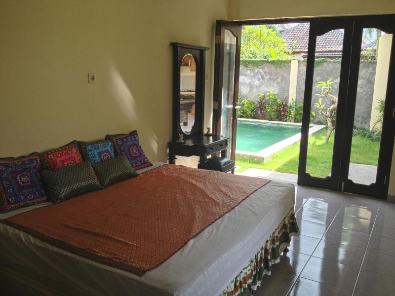 FamilySuite-2 rooms-Double Bedroom+Priv living room(can sleep additional 2) doors open onto pool