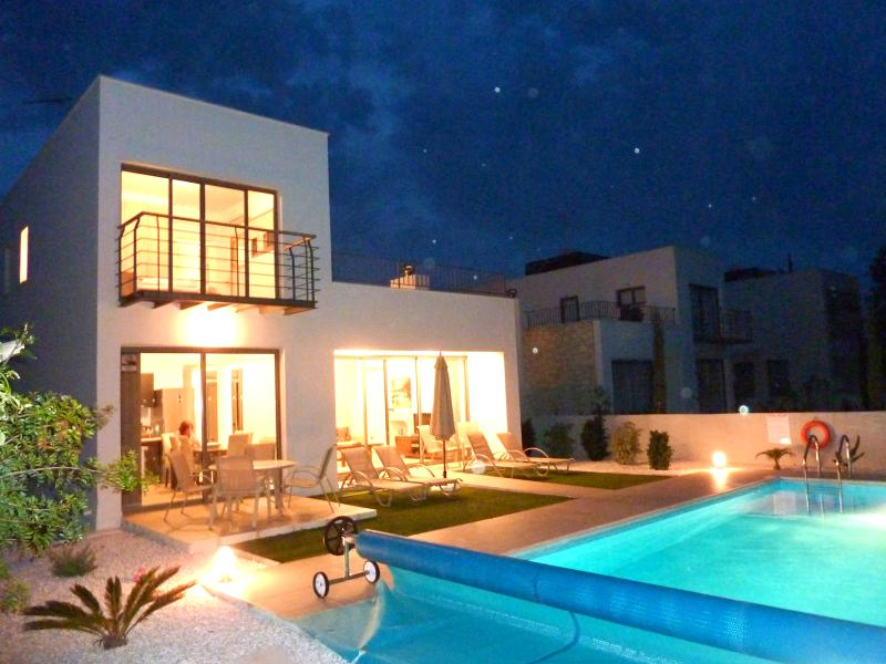 Villa at Dusk - with HEATED POOL for romantic swim!