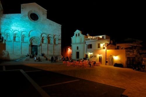 La nostra bellissima Cattedrale romanica, che sovrasta la piazza , tutto a 30 metri dalla locanda