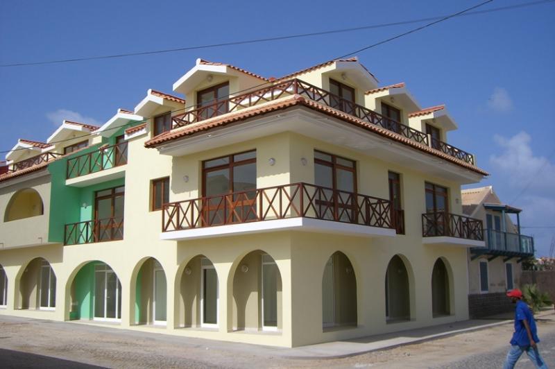 Ilha do Fogo 2 bedroom apartment by the beach in central Santa Maria, Sal., vacation rental in Espargos