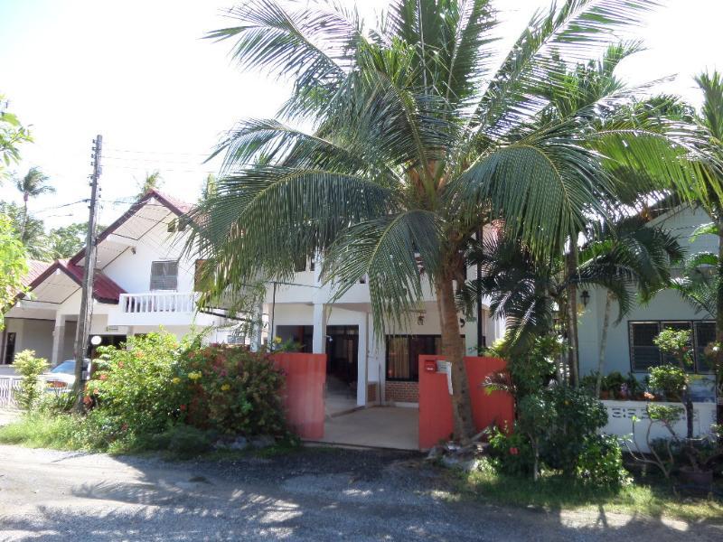 Façade maison, 250 metres de la plage, rue très calme (impasse).