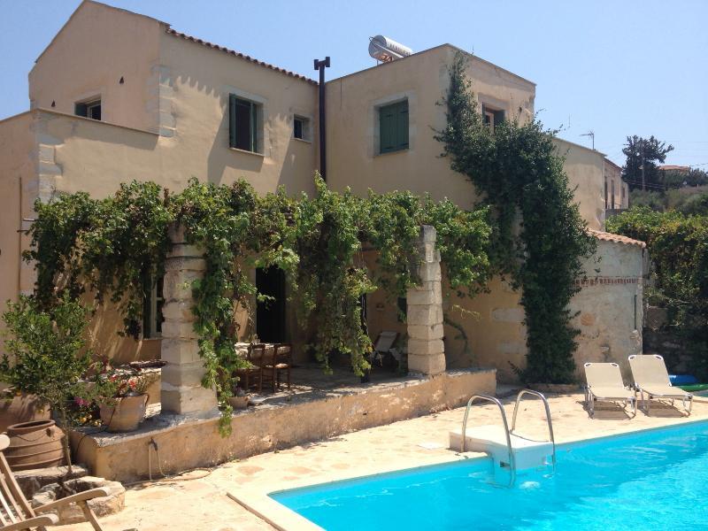 voorzijde villa met terras en zwembad