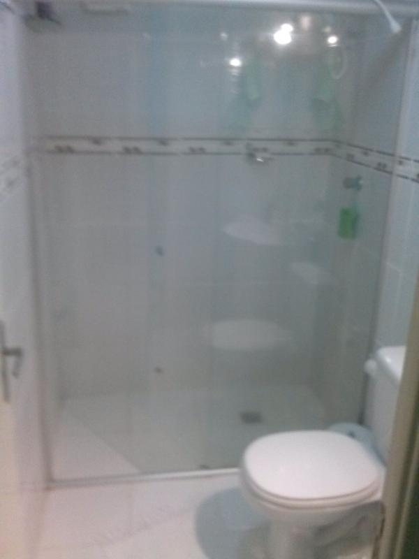 Maître de salle de bain avec chaud et douche froide, évier avec placard, cage de verre.