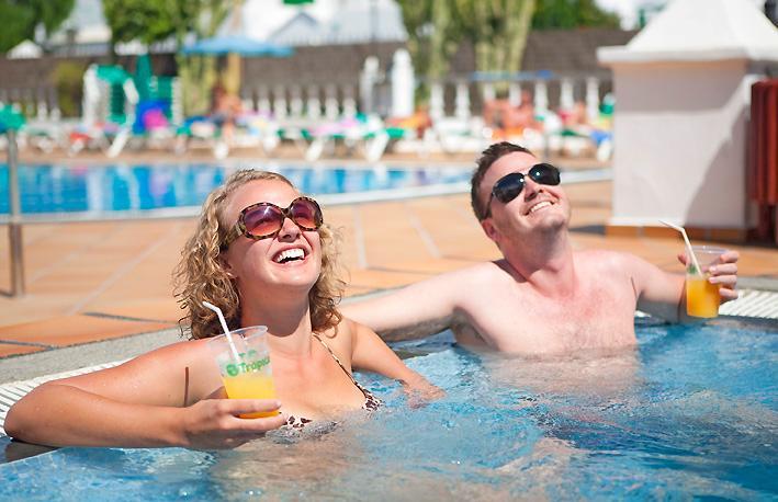 Você pode usar a piscina e jacuzzi no clube Oceano também!