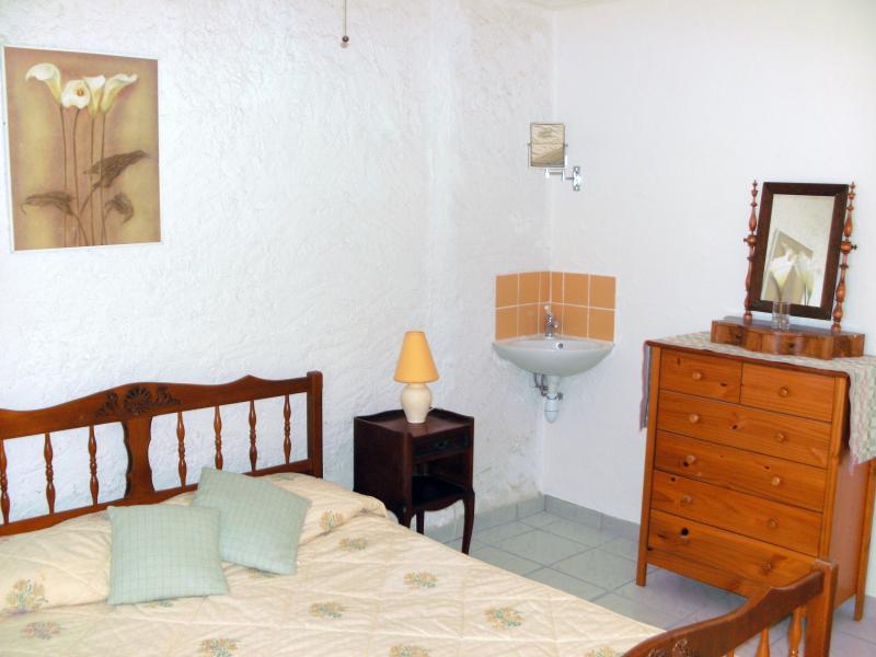 camera doppia con lavabo