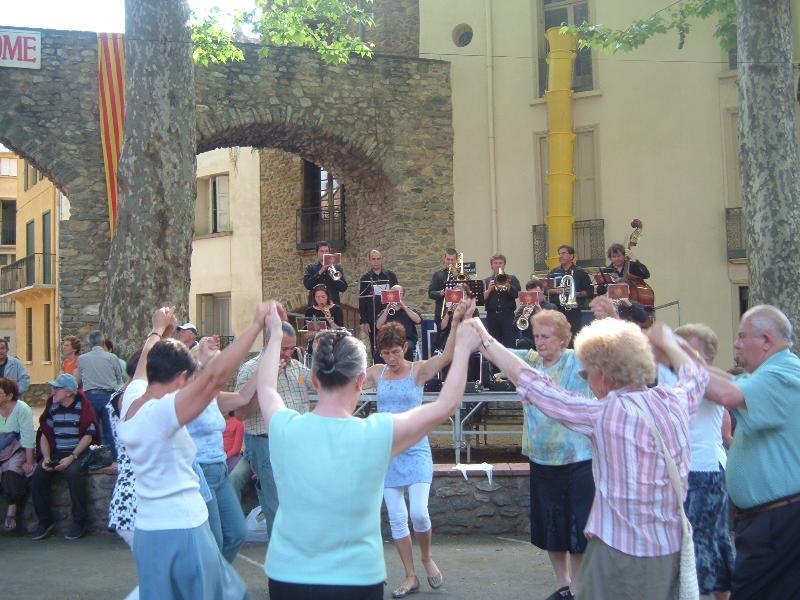 Sardanes ballando in strada
