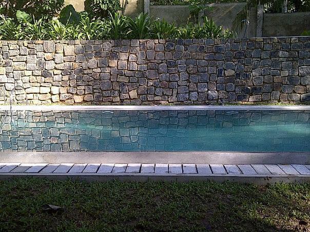 33 Fuß lange nass-Edge Pool, die perfekt zum Abkühlen an heißen milden Tagen.