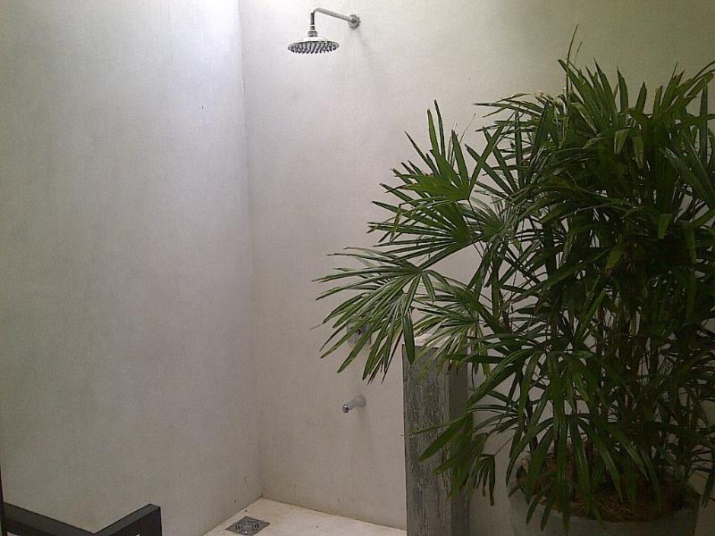 Dusche und Bad, die Zimmer am Pool befestigt ist.