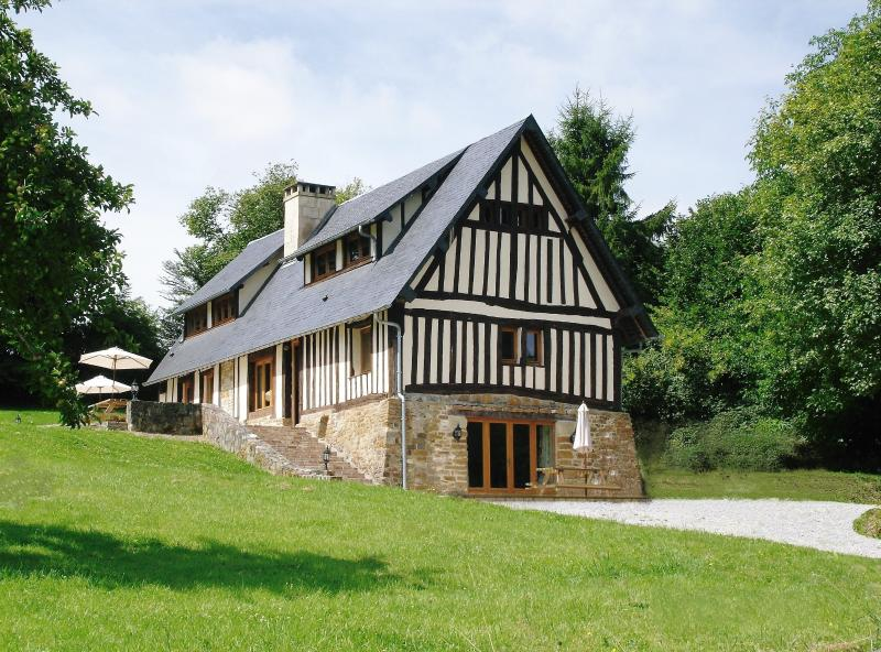 Le Grand Val, holiday cottage and barn with heated indoor pool and games room, aluguéis de temporada em Orne