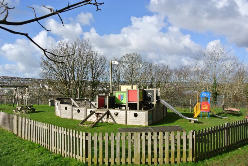 Les enfants à proximité aire de jeux - un bateau pirate bien sûr!