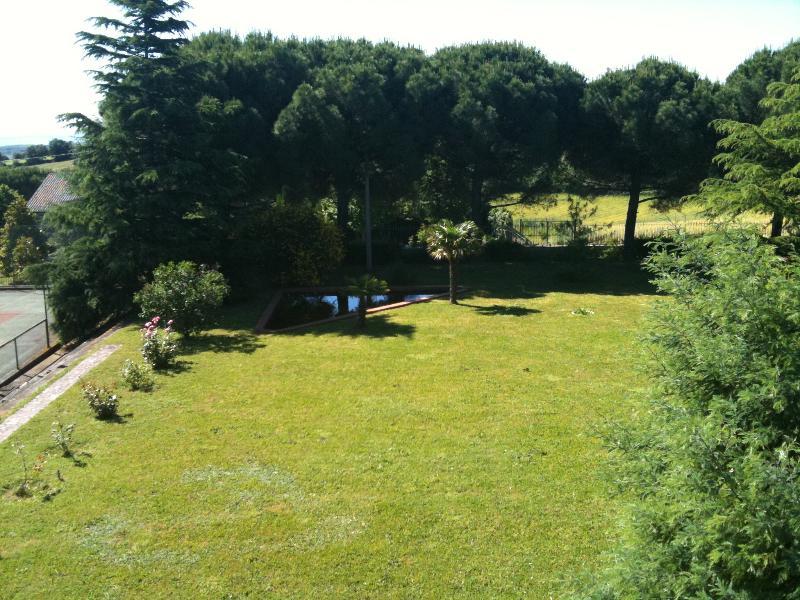 angolo del giardino che porta al campo da tennis