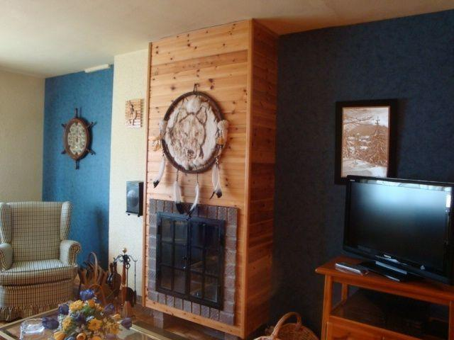 Salón con TV 32', DVD y chimenea decorativa