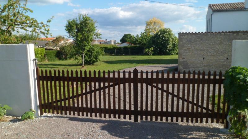 Abgeschlossenes Grundstück mit einem Zaun umschlossen. Sie sind allein.
