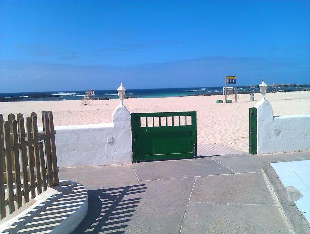 Accès direct à la plage du complexe. A seulement 50 / 60m de l'appartement.