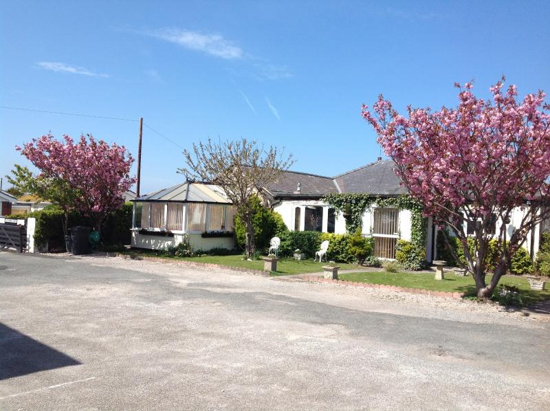 Beach Bungalow with large off rd car park easy walking to sea pubs restaurants &shops