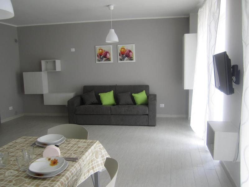 Nuovo appartamento al piano primo vista lago, alquiler vacacional en Ori-Vegerana