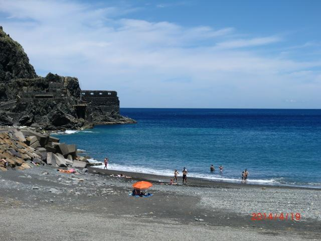 Vallehermoso beach in a clear day and the Sea Castle at the back