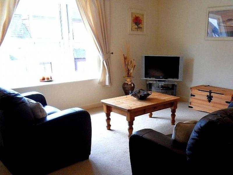 Salão espaçoso com 3 e 2 sofás de couro seeter, mesas de centro e mesa de trabalho com wifi!