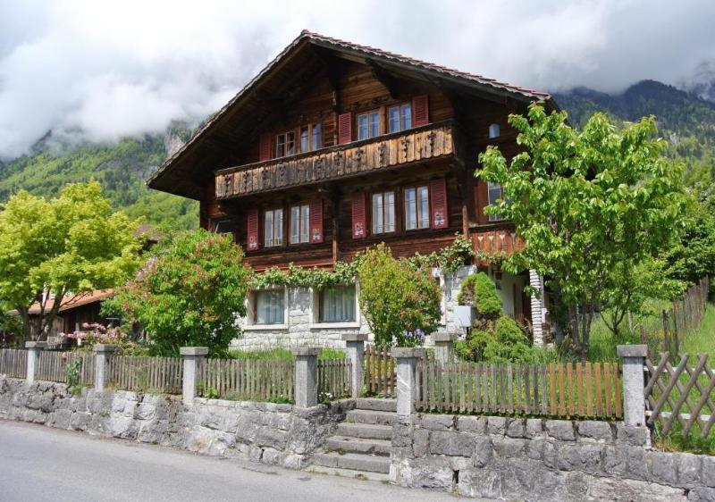 Great for holidays: Five-room apartment in a chalet with sauna, lake views, location de vacances à Brienz