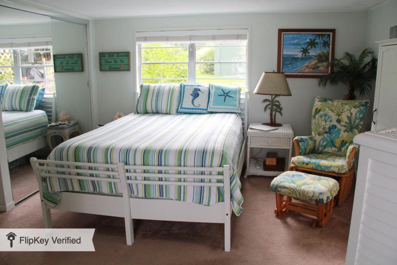 Dormitorio con ventana que da al lago