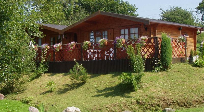 TWINPINES LODGE, CASTELLAU, LLANTRISANT - 12 MILES FROM CARDIFF. CF72 8LP, holiday rental in Merthyr Vale