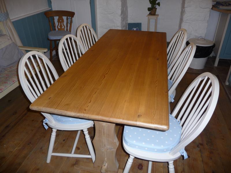 A longa - mesa 6 confortavelmente, existem mais duas cadeiras para 8 e um banco de pinho com coxim