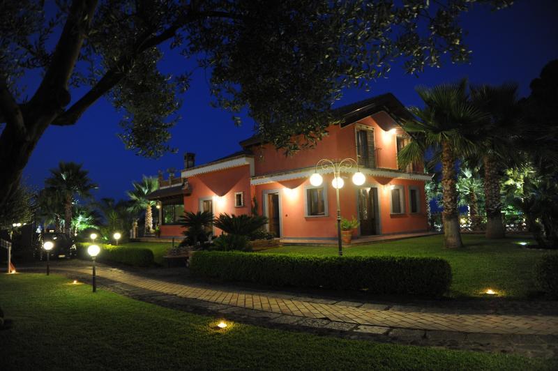 Papardo Villa in der Nacht