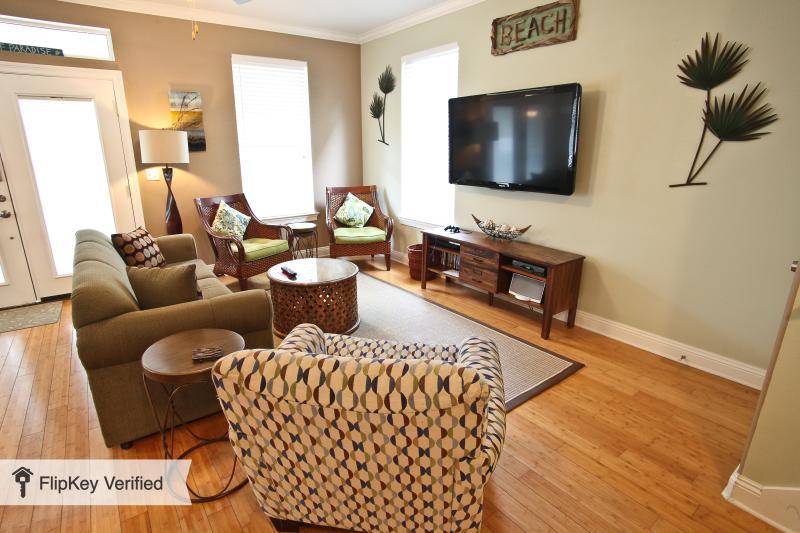 sala de estar con TV LCD 55inch, la consola PS3 y juegos, y una variedad de DVDs