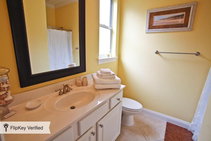 baño y ducha adjunta a la segunda suite principal