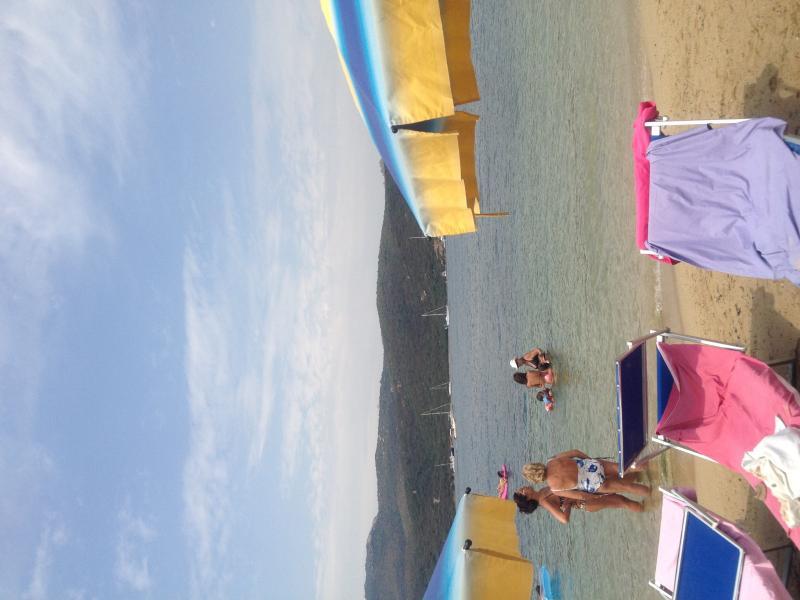 Praia com guarda-sóis e espreguiçadeiras em espessura