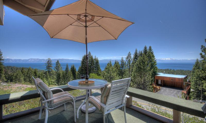 The huge wrap-around deck has panoramic lakeviews - fabulous sunsets!