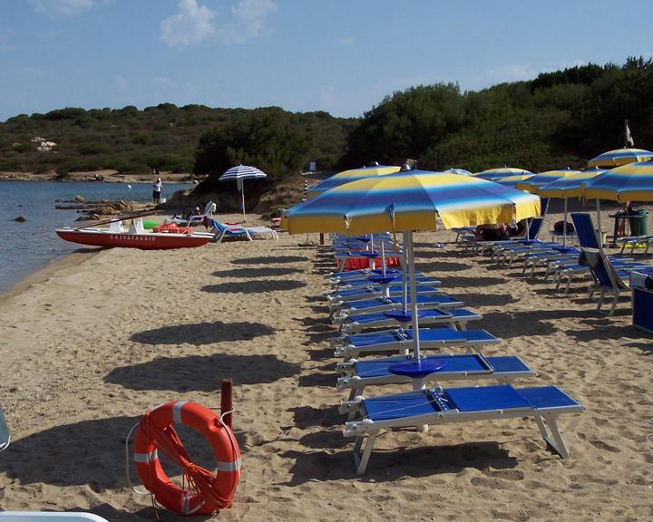Praia equipada com guarda-sóis e espreguiçadeiras para pagamento