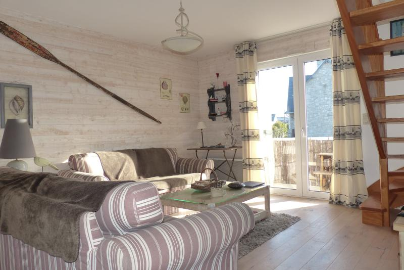 Friendly and comfortable living room 25 m² with access to the balcony terrace