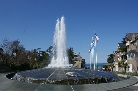 La fontaine de Saint Enogat et sa plage en contrebas à 2min à pied