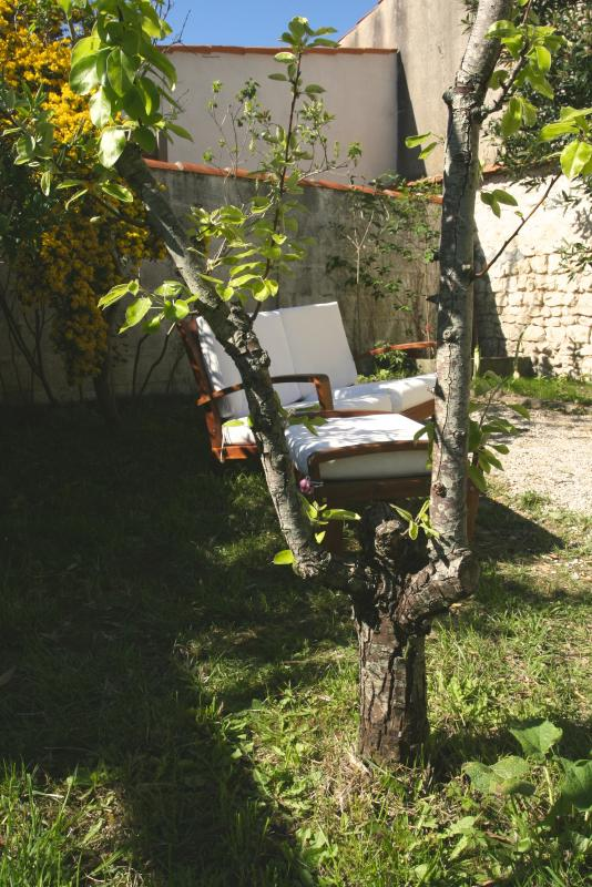 garden equipped with tek table/chairs, sofa, BBQ