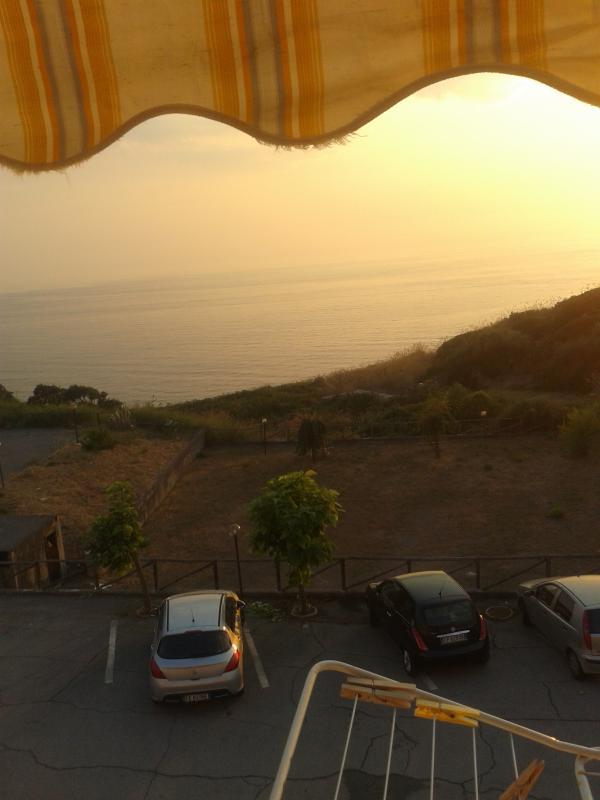 Balcone cameretta con vista mare tramonto