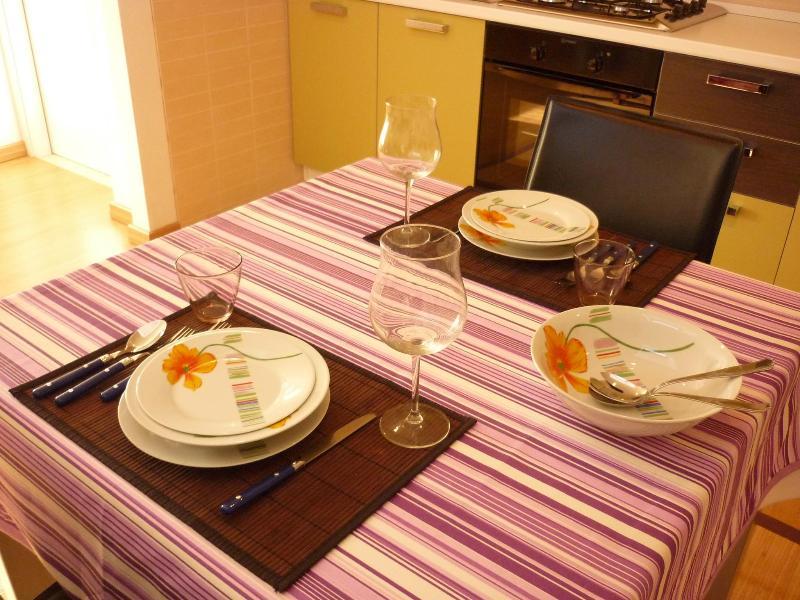 Soggiorno con tavolo da pranzo vetrato allungabile.