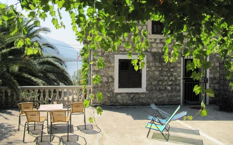 House with garden for rent, just 30m from the beach, aluguéis de temporada em Orahovac