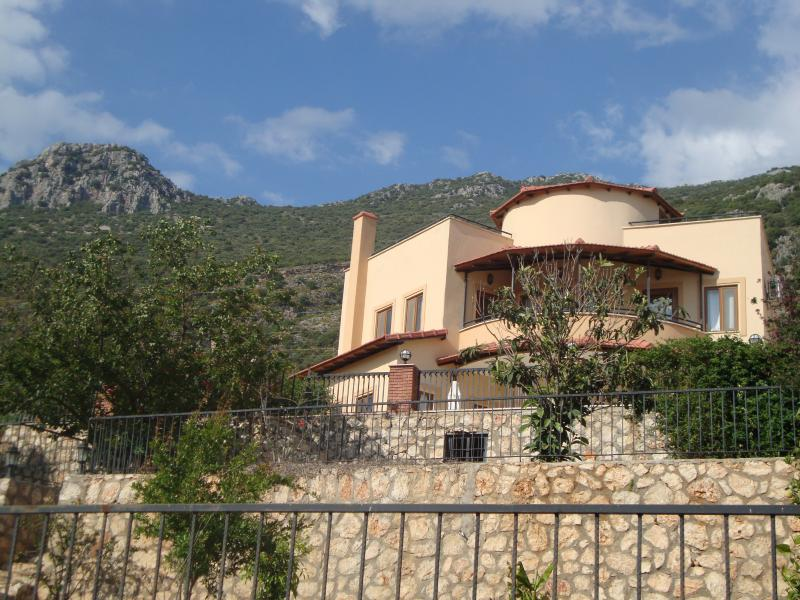 Villa Mayis with Taurus mountains as backdrop