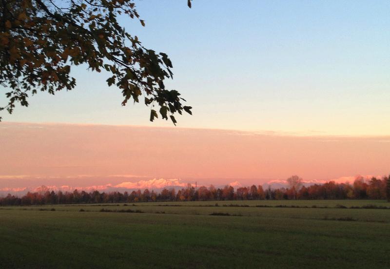 Winter sunset andam no campo, nas proximidades do castelo Lower
